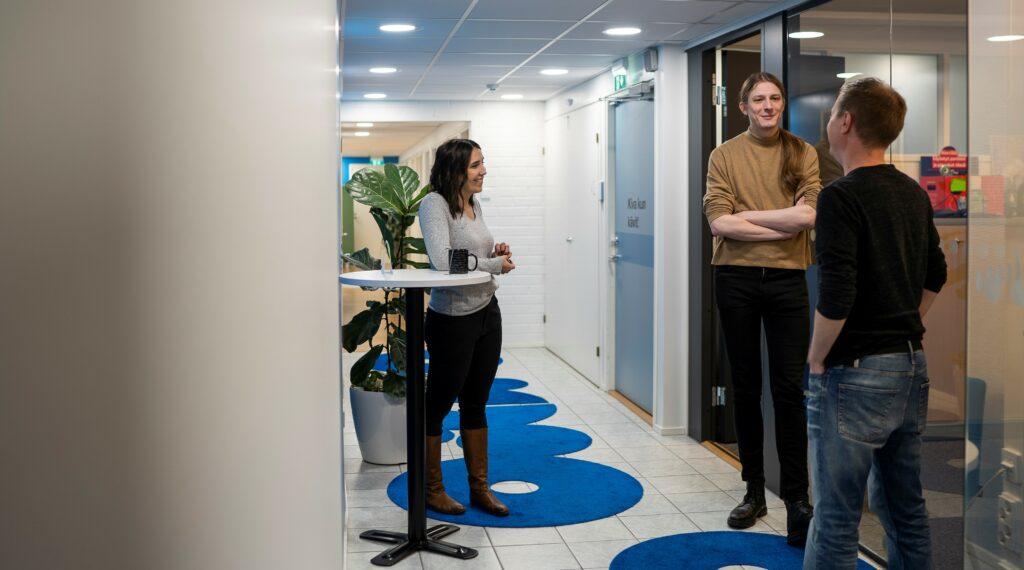 Projektipäällikkö Emmi Wahlsten sekä ohjelmistosuunnittelijat Samuli Virtanen ja Niklas Mannila